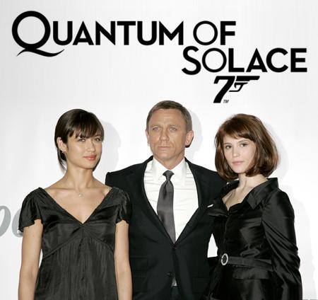 O Bond aparece logo com duas minas pra mostrar quem manda. Parece... eu.