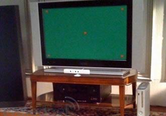 A diferença é que não tem um octágono, e sim, um clone de Wii Remote a sua frente!