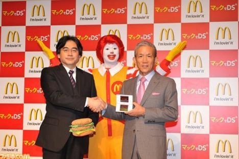 """Representantes da Nintendo e do Mc Donadu Japónnn fechando o """"Mc Acordo""""! Cá entre nós Ronald Mc Donalds japonês é F*da!"""